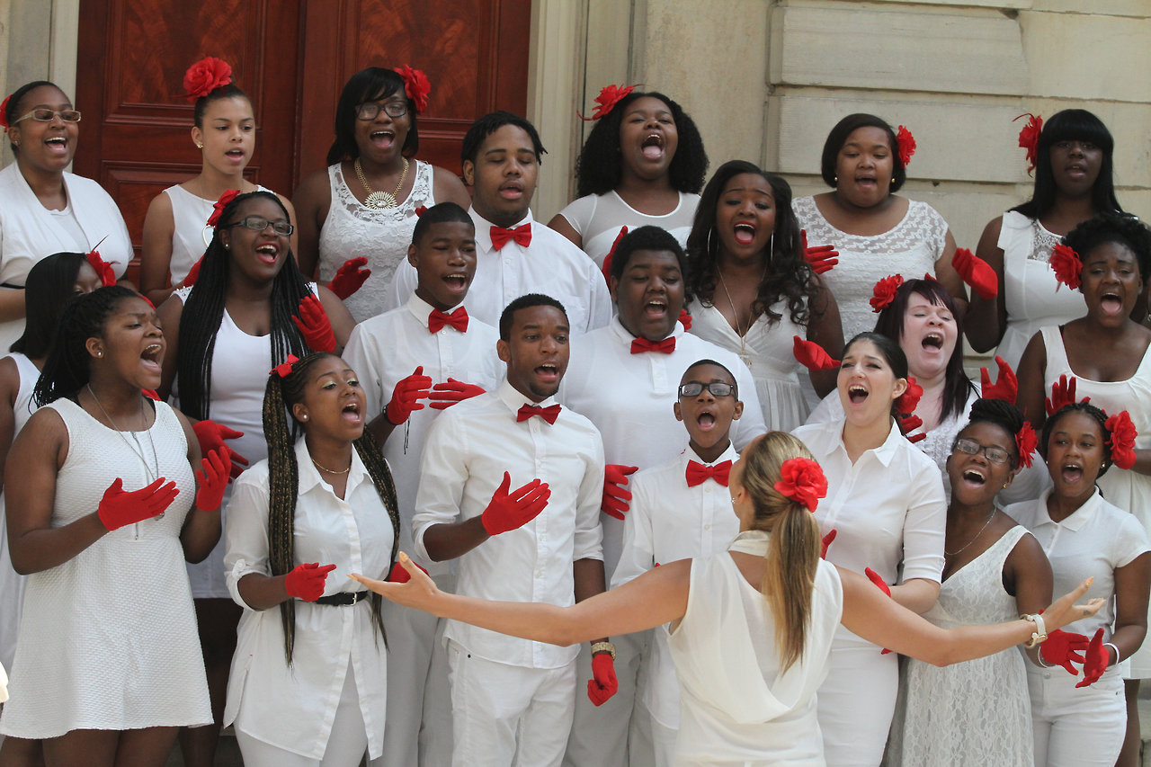 Vy Higginsen's Harlem Gospel for Teens Choir sang the National Anthem at the  Naturalization ceremony at The Metropolitan Museum of Art on July 22, 2014. Photo Credit: Mariela Lombard/ El Diario